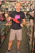 Adam predvádza koženú masku v predajni