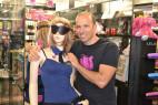 Adam predvádza koženú masku v predajni na figuríne