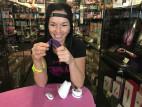 Dominika testuje We-Vibe Sync v havířovskej predajni