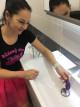 Dominika testuje We-Vibe Sync v kúpeľni