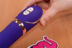 Vibrátor Front Row Purple - v ruke, detail ovládanie