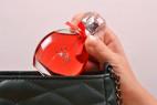 Parfém Obsessive Sexy - detail vkladanie fľaštičky do kabelky