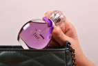 Parfém Obsessive Fun - detail vkladanie fľaštičky do kabelky