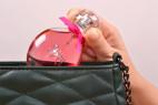 Parfém Obsessive Spicy - detail vkladanie fľaštičky do kabelky