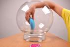 We-Vibe Wish - v nádobe aj s rukou