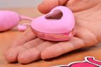 Vibračné vajíčko Pink Love, ovládač v ruke