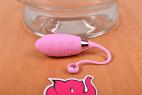 Vibračné vajíčko Pink Love, vedľa misky s vodou