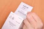 LELO Hex Original - vyťahovanie kondómu z krabičky