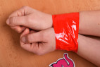Bondážna páska Rouge - zviazané ruky páskou