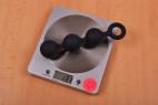 Análne guličky Black Trio - stolová váha ukazuje 131 g