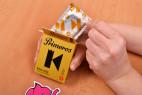 Primeros King Size - vyťahovanie kondómu z krabičky