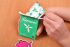 Primeros Tea Tree - vyťahovanie kondómu z krabičky