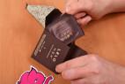 LELO Hex Respect XL - vyťahovanie kondómu z krabičky