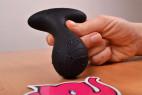 Vibračný análny kolík Pulsing Pleasure - držíme kolík v ruke