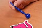 Silikónový dilatátor Blue Stick - fotenie v ruke