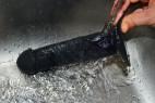 Fun Factory The Boss dildo s prísavkou (18 cm) pod tečúcou vodou