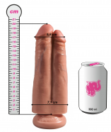 Pripínací penis King Cock Double (20cm), rozmery v porovnaní s plechovkou